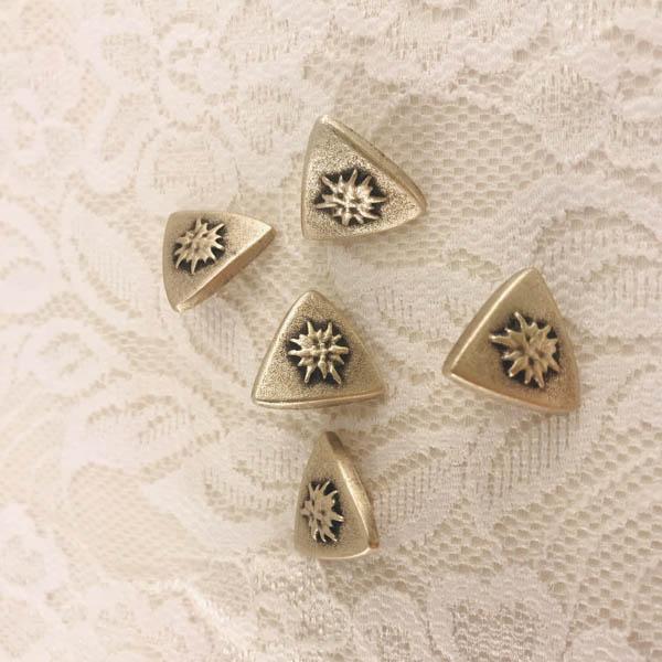 Knapp metall trekant edelweiss 18mm